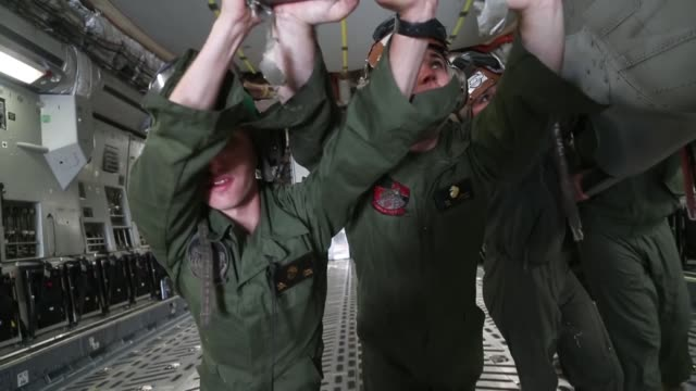 vidéos et rushes de us marines and us airmen unload a uh1y venom from a c17 globemaster iii in support of weapons and tactics instructor course 218 at mcas yuma ariz... - infanterie de marine américaine