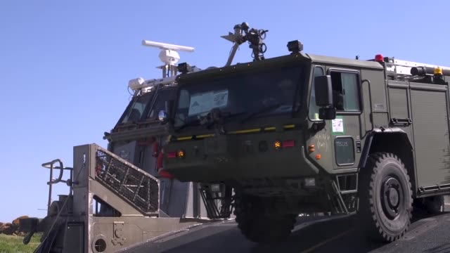 vidéos et rushes de marines are brought to shore by a navy landing craft air cushion to establish a forward air refueling point on an island off the coast of southern... - aéroglisseur