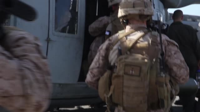 vidéos et rushes de us marines assigned to marine medium tiltrotor squadron 162 26th marine expeditionary unit maintain a constant state of readiness by conducting... - infanterie de marine américaine
