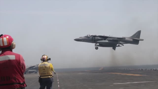 us marines conduct aircraft maintenance aboard the amphibious assault ship uss boxer the boxer amphibious ready group and the 11th meu are currently... - hoch position stock-videos und b-roll-filmmaterial