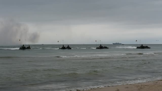 vídeos y material grabado en eventos de stock de marines conduct an amphibious landing to secure a beach in lithuania as part of baltops 2019, a multinational amphibious exercise held in the baltic... - vehículo anfibio