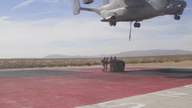 us marines conduct external lift training with an mv22 osprey at marine corps air ground combat center tentynine palms california 28 july 2019 - osprey stock videos & royalty-free footage