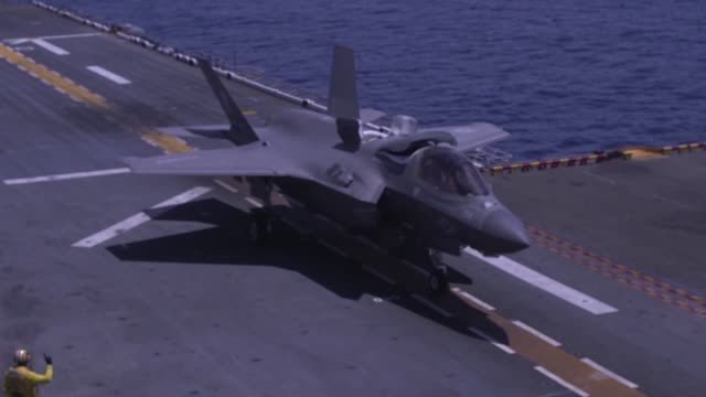 vidéos et rushes de marines conduct flight operations with f-35b ii lightnings and mv-22 ospreys aboard amphibious assault ship uss wasp in international airspace over... - avion de chasse