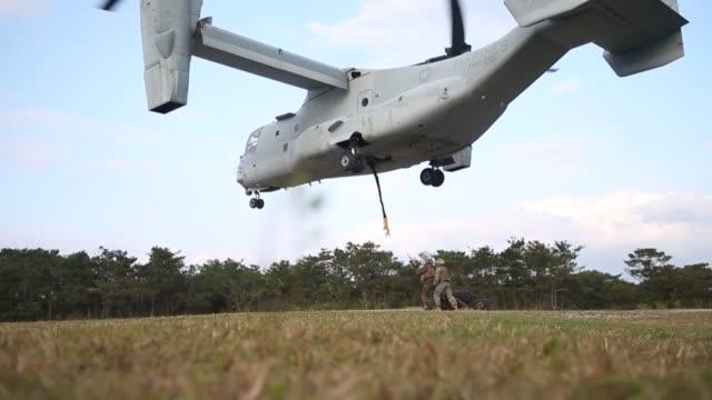 marines conduct hoist operations at camp hansen, okinawa, japan 15 january 2019. - hochziehen stock-videos und b-roll-filmmaterial