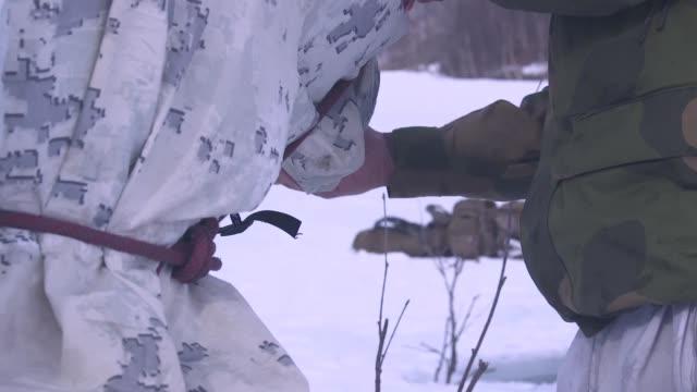vidéos et rushes de marines conduct ice-breaking drills in setermoen, norway, may 4, 2019. - survie