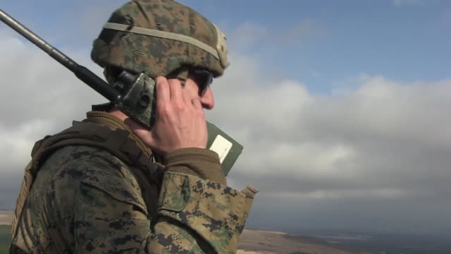 vídeos de stock e filmes b-roll de marines conduct simulated close air support training during exercise fuji viper 20-2 on camp fuji, japan, december 11, 2019. - marine