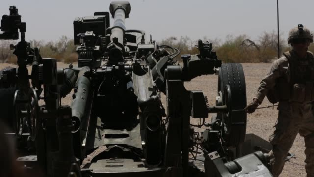 us marines conduct targeting and indirect fires with m777 howitzers during exercise summer fury at marine corps air station yuma california 15 july... - artiglieria video stock e b–roll