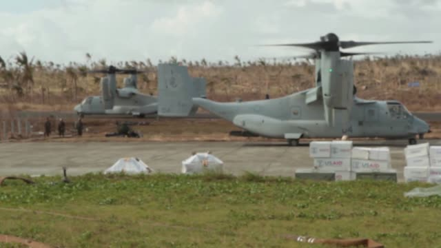 us marines conducting forward arming and refueling point operations nov 21 at guiuan airfield republic of the philippines during operation damayan... - tanken stock-videos und b-roll-filmmaterial