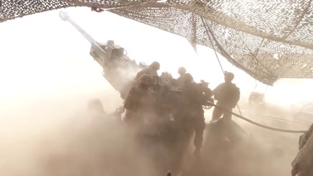 us marines fire m777a2 howitzers from various locations in syria during may and june 2017 the marines have been conducting 24hour allweather fire... - syrien stock-videos und b-roll-filmmaterial