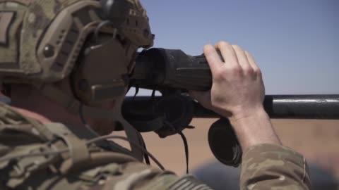 vídeos de stock e filmes b-roll de marines from 4th air naval gunfire liaison company, u.s. airmen from 2nd air support operations squadron and royal moroccan forces call for close air... - corpo de fuzileiros da marinha americana