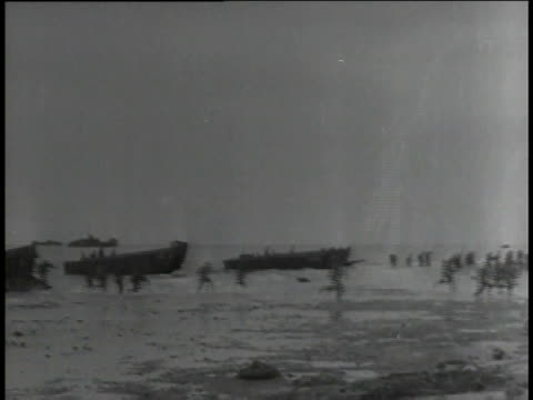 marines leaving amphibious tank to storm island / japan - 水陸両用車点の映像素材/bロール