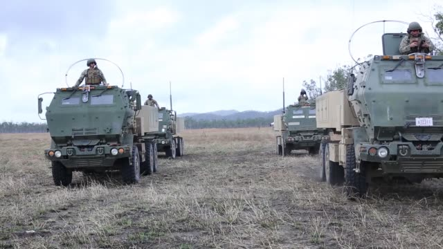 us marines load a m142 high mobility artillery rocket system onto c130 hercules and conduct a live fire exercise during talisman sabre 19 a realistic... - luftvärn bildbanksvideor och videomaterial från bakom kulisserna