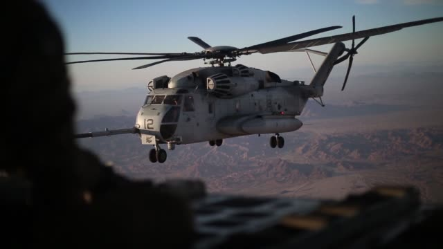 us marines perform a high altitude aerial refuel ch53 super stallion helicopter with kc130j hercules in support of weapons and tactics instructor... - miteinander verbunden stock-videos und b-roll-filmmaterial