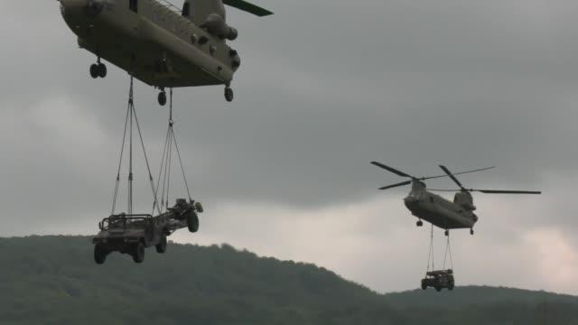 vídeos y material grabado en eventos de stock de us marines perform air assault operations into military training area eugen kvaternik slunj croatia as part of exercise immediate response 19 may 18... - pelotón ejército de tierra