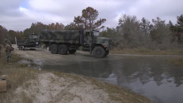 us marines prepare equipment for an improved ribbon bridge during a field exercise at camp lejeune north carolina on january 14 2019 - tarnkleidung stock-videos und b-roll-filmmaterial