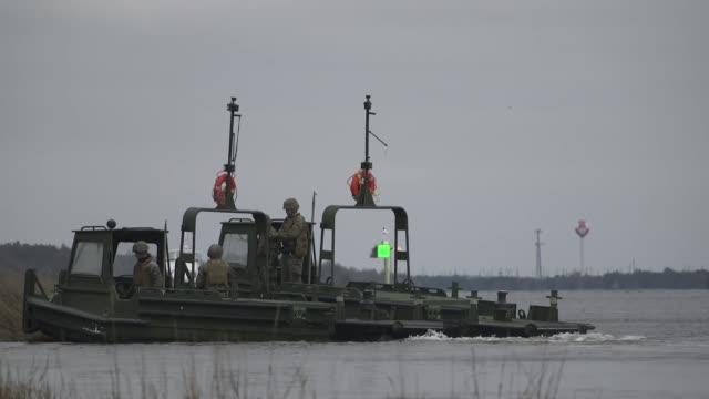 marines prepare equipment for an improved ribbon bridge during a field exercise at camp lejeune, north carolina, on january 14, 2019. - ホバークラフト点の映像素材/bロール