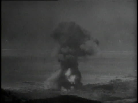 vídeos y material grabado en eventos de stock de marines pushing equipment explosions black smoke marines firing and loading large weapons / tinian commonwealth of the northern mariana islands - tinian