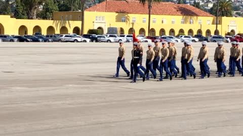 vídeos de stock e filmes b-roll de marines recruit training at mcrd. new marines parade on the grounds. - corpo de fuzileiros da marinha americana