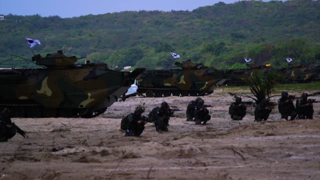 vídeos de stock, filmes e b-roll de us marines republic of korea marines and royal thai marines participate in an amphibious landing during exercise cobra gold 18 at hat yao beach... - veículo anfíbio