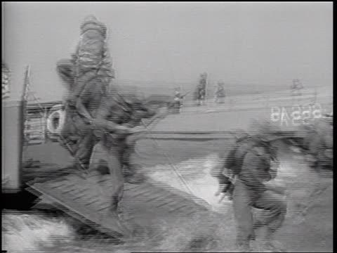 marines running from landing craft onto beach / vietnam war / newsreel - landungsboot stock-videos und b-roll-filmmaterial