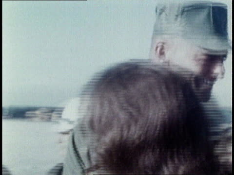 vidéos et rushes de marines shaking hands in vietnam / marines boarding aircraft in the field / marines boarding civilian aircraft on airport flightline / marines... - soldat