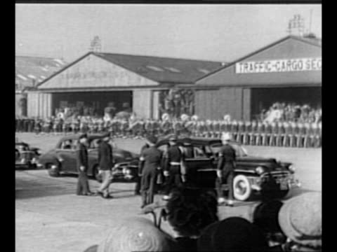 us marines stand at attention with rifles / australian soldiers stand at attention / general douglas macarthur arrives at haneda airport for trip... - 1951 bildbanksvideor och videomaterial från bakom kulisserna