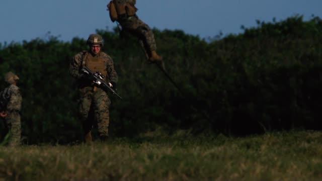 marines weapons company, 1st battalion, 3rd marine regiment, fast rope from a ch-53e super stallion assigned to marine heavy helicopter squadron 463... - infanteri bildbanksvideor och videomaterial från bakom kulisserna