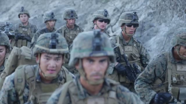 vídeos de stock e filmes b-roll de us marines with 1st marine division take part in super squad competition at marine corps base camp pendleton california the competition tests the... - infantaria
