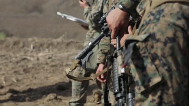 vídeos de stock e filmes b-roll de marines with 2nd battalion, 1st marine regiment, search for their next checkpoint during the land navigation portion of the 1st marine division super... - acampamento base