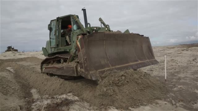 vidéos et rushes de marines with 7th engineer support battalion help the marine corps base at camp pendleton wildlife management section cultivate soil in order to... - colony