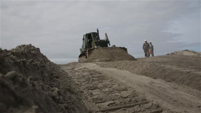 vídeos y material grabado en eventos de stock de marines with 7th engineer support battalion help the marine corps base at camp pendleton wildlife management section cultivate soil in order to... - estados unidos del oeste