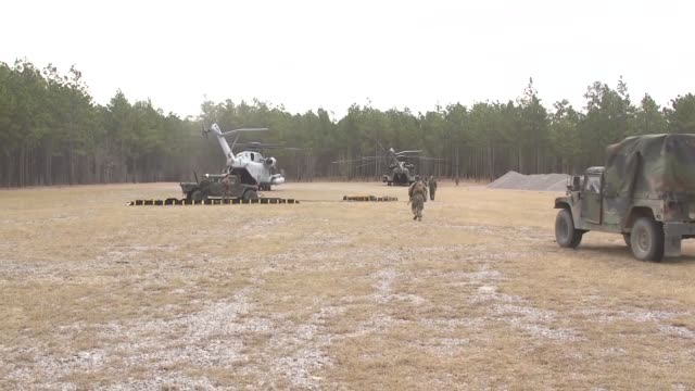 vidéos et rushes de us marines with battery a 1st battalion 10th marine regiment 2nd marine division are refueled by marines with hmh464 with ch53 super sea stallions on... - infanterie de marine américaine