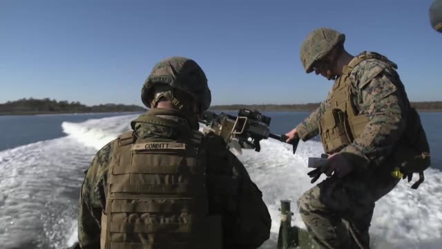 us marines with bridge company 8th engineer support battalion 2nd marine logistics group fire a m240b machine gun from a mkiii bridge erection boat... - tarnkleidung stock-videos und b-roll-filmmaterial