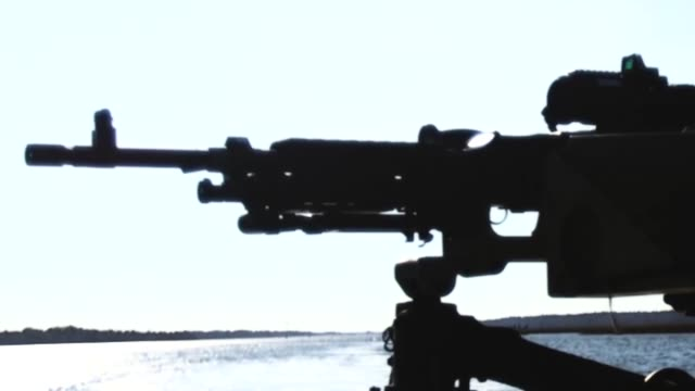 vidéos et rushes de us marines with bridge company 8th engineer support battalion 2nd marine logistics group fire a m240b machine gun from a mkiii bridge erection boat... - erection