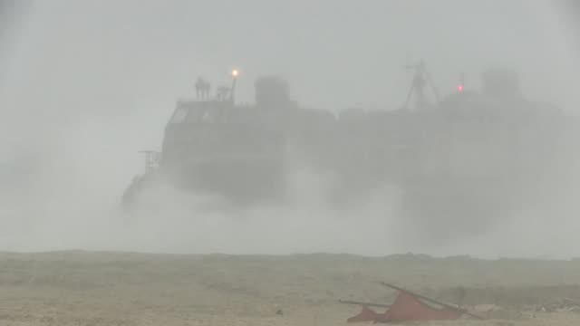 vídeos y material grabado en eventos de stock de marines with charlie company, 4th battalion, 4th marine division, execute a tank off load from landing craft air cushion in support of exercise ssang... - aerodeslizador