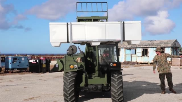 vídeos y material grabado en eventos de stock de us marines with combat logistics battalion 31 emergency unload supplies for victims of super typhoon yutu on the northern mariana islands business... - tinian