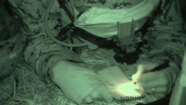 vídeos de stock e filmes b-roll de marines with company a., 1st battalion, 6t marine regiment, support tactical air control party with 60mm mortars at atlantic, n.c., jan. 25, 2018.... - protetor de ouvido