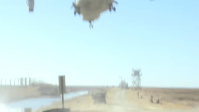 vídeos de stock e filmes b-roll de us marines with company a 1st battalion 6t marine regiment support tactical air control party with 60mm mortars at atlantic nc jan 25 2018 the... - corpo de fuzileiros da marinha americana