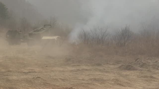 us marines with delta battery 2d battalion 14th marines 14th marine regiment assigned to marine expeditionary force fire a reduced range practice... - rocket launcher stock videos & royalty-free footage