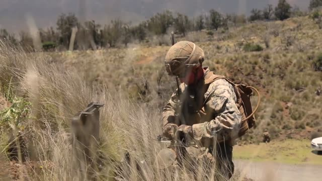 us marines with echo company conduct a platoon supported attack during exercise bougainville ii at pohakuloa training area hawaii 11 may 2019 - 迷彩柄点の映像素材/bロール