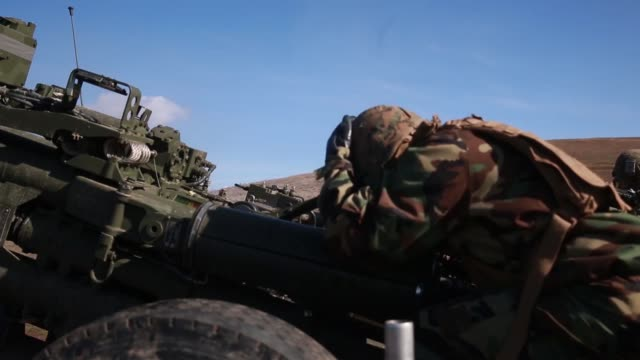marines with golf battery conduct live fire training during exercise steel knight at marine corps base camp pendleton, california december 2, 2018. - howitzer stock videos & royalty-free footage