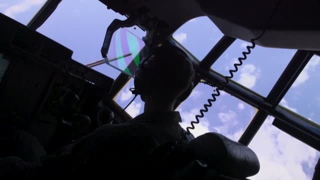 us marines with marine aerial refueler transport squadron 152 refuel an f/a18c hornet aircraft with marine fighter attack squadron 232 near clark air... - isola di luzon video stock e b–roll
