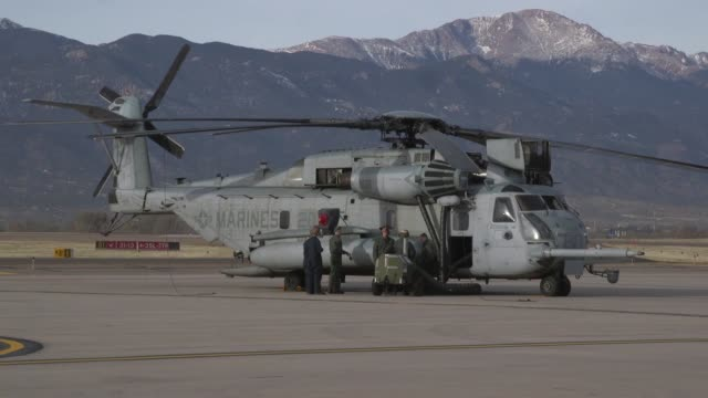 vídeos y material grabado en eventos de stock de us marines with marine heavy helicopter squadron 461 conduct touch and go's during cold weather training at peterson air force base colorado springs... - rotor de helicóptero