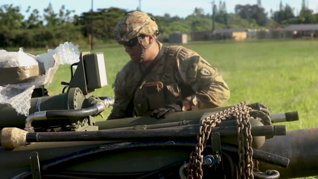 vídeos de stock e filmes b-roll de us marines with marine heavy helicopter squadron 463 and us army soldiers with 3rd battalion 7th field artillery regiment conducted an helicopter... - infantaria