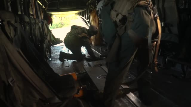 us marines with marine heavy helicopter squadron 463 and us army soldiers with 3rd battalion 7th field artillery regiment conducted an helicopter... - militärövning bildbanksvideor och videomaterial från bakom kulisserna