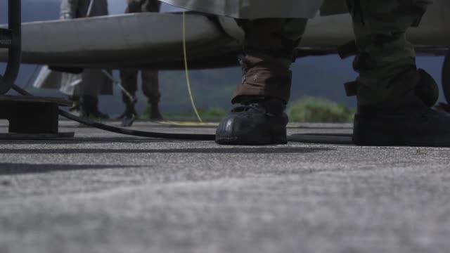 vídeos de stock e filmes b-roll de marines with marine heavy helicopter squadron 463, conduct a decontamination exercise instructed by chemical, biological, radiological, and nuclear... - arma de destruição em massa