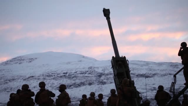marines with marine rotational force-europe 19.1 conduct live fire training during exercise northern screen in setermoen, norway, november 1, 2018. - howitzer stock videos & royalty-free footage