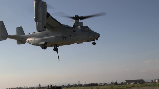 marines with special purpose marine air-ground task force conduct external lift training with a mv-22 osprey at naval air station sigonella, italy,... - ミサゴ点の映像素材/bロール