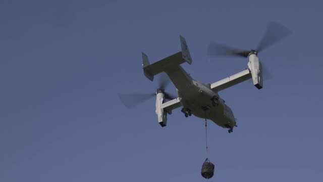 us marines with special purpose marine airground task force conduct external lift training with a mv22 osprey at naval air station sigonella italy 18... - hoch position stock-videos und b-roll-filmmaterial