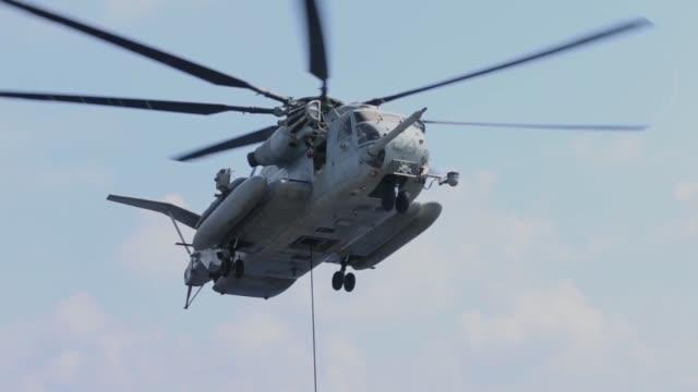 marines with the 31st marine expeditionary unit fast rope from a ch53e super stallion helicopter during training aboard the amphibious assault ship... - militärövning bildbanksvideor och videomaterial från bakom kulisserna